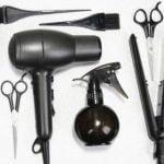 Membawa peralatan rambut