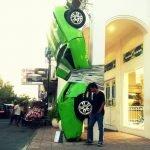 Mobil Yang Terplester Di Tiang Cafe