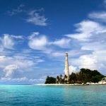 Pulau Lengkuas yang emmiliki menara setinggi 50m