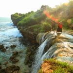 Mengintip Serasinya Air Terjun Dengan Samudra di Pantai Jogan Gunung Kidul