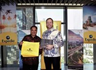 Mr. Arief Yahya, Minister of Tourism, Republic of Indonesia (left) and Mr. Greg Schulze, Senior Vice President, Commercial Strategy and Service, Expedia Group (right), sealing the cooperation to promote 15 key destinations in Indonesia.