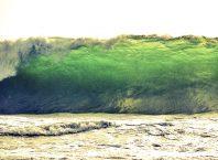 8 Tips Penting Waspada Tsunami Saat Liburan di Pantai