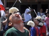 Lomba makan kerupuk, image By : elevenasia.com