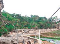 Jembatan Gantung di Pantai Karang Bokor
