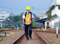 Petugas Pemeriksa Jalur (PPJ) menyusuri rel untuk memastikan jalur yang hendak dilalui kereta api aman.