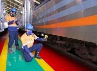 Petugas sarana memeriksa bogie kereta penumpang