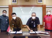 Direktur Perencanaan Strategis dan Pengembangan Usaha KAI Jeffrie N. Korompis (kedua kanan) dan Direktur TJP Ignatius Handijoso Siaputra (kedua kiri) menandatangani Nota Kesepahaman (MoU) tentang Rencana Kerja Sama Pengembangan Bisnis Berbasis Kereta Api di Kawasan Eks Stasiun Gresik. Penandatangan yang dilakukan di Gedung Jakarta Railway Center (JRC), Jakarta Pusat, Selasa (11/5) ini juga disaksikan oleh Direktur Utama KAI Didiek Hartantyo (kiri) dan Komisaris TJP Rudy Djaja Siaputra (kanan).